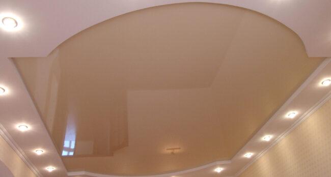Натяжной потолок двухуровневый, сочетание глянцевого и матового белого в кухню