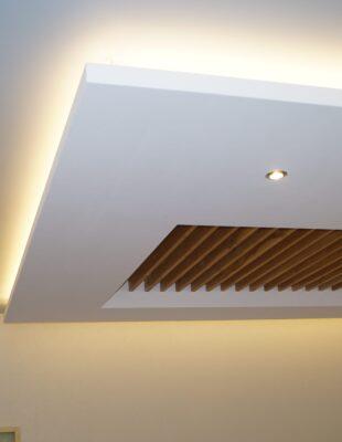 Сатиновые цветные натяжные потолки на кухню