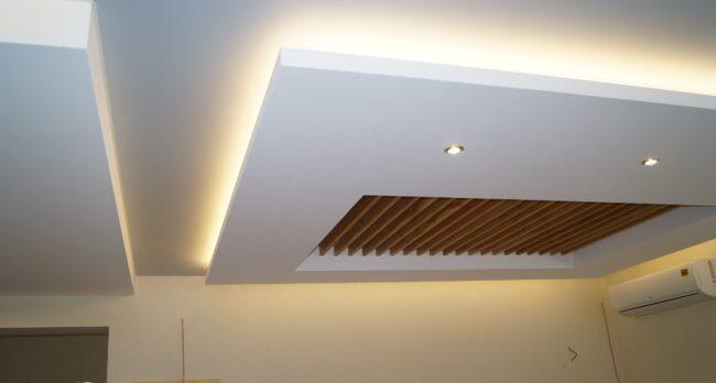 Натяжной потолок Сатин белый в кухню