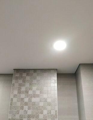 Теневой натяжной потолок на кухню