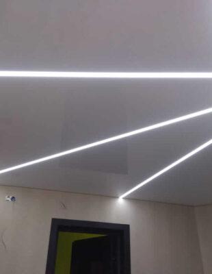 Заказать натяжной потолок со световыми линиями в гостинную
