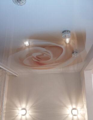Печать на натяжных потолках в спальне
