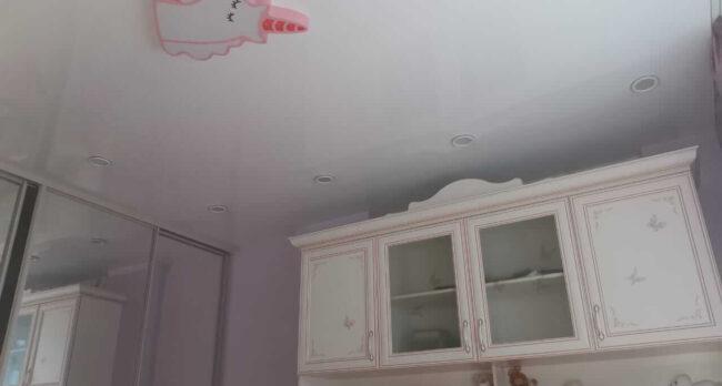 Натяжной потолок в спальне для девочки