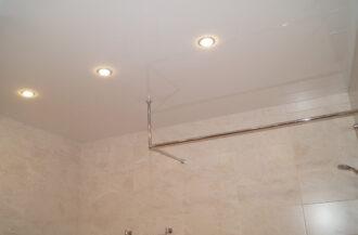 Натяжной потолок Глянец белый в ванную