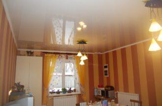 глянцевый натяжной потолок для кухни