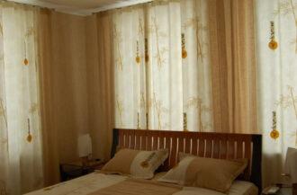 Натяжной потолок Сатин белый в спальню