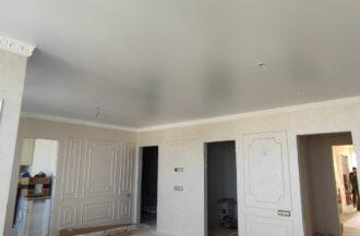 Белые матовые натяжные потолки в гостинной