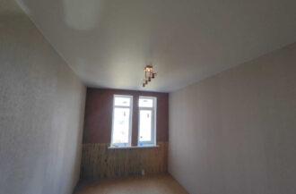 Монтаж матового белого натяжного потолка